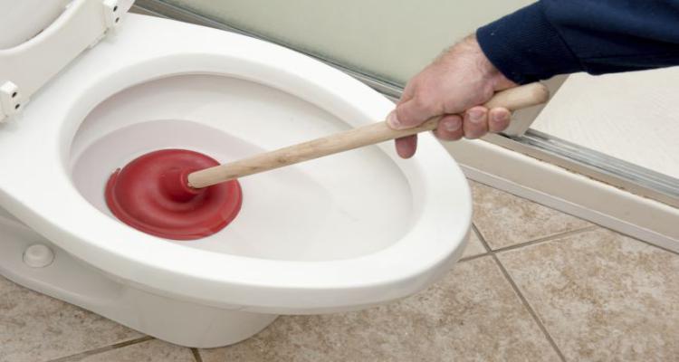 Como desentupir o vaso sanitário sem sujeira